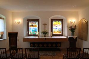 Gemeidnesaal Oberlauterbach,, Altar und Fenster